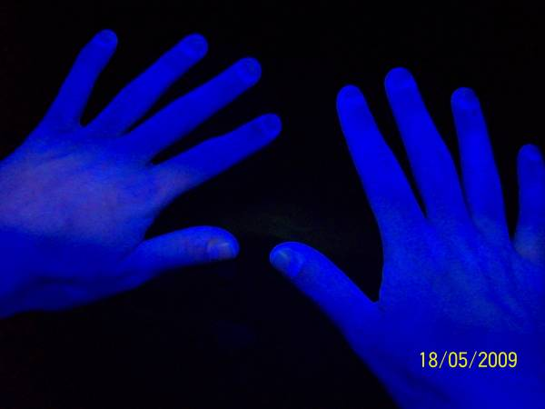 Hand disinfection with flourescent substance (2)