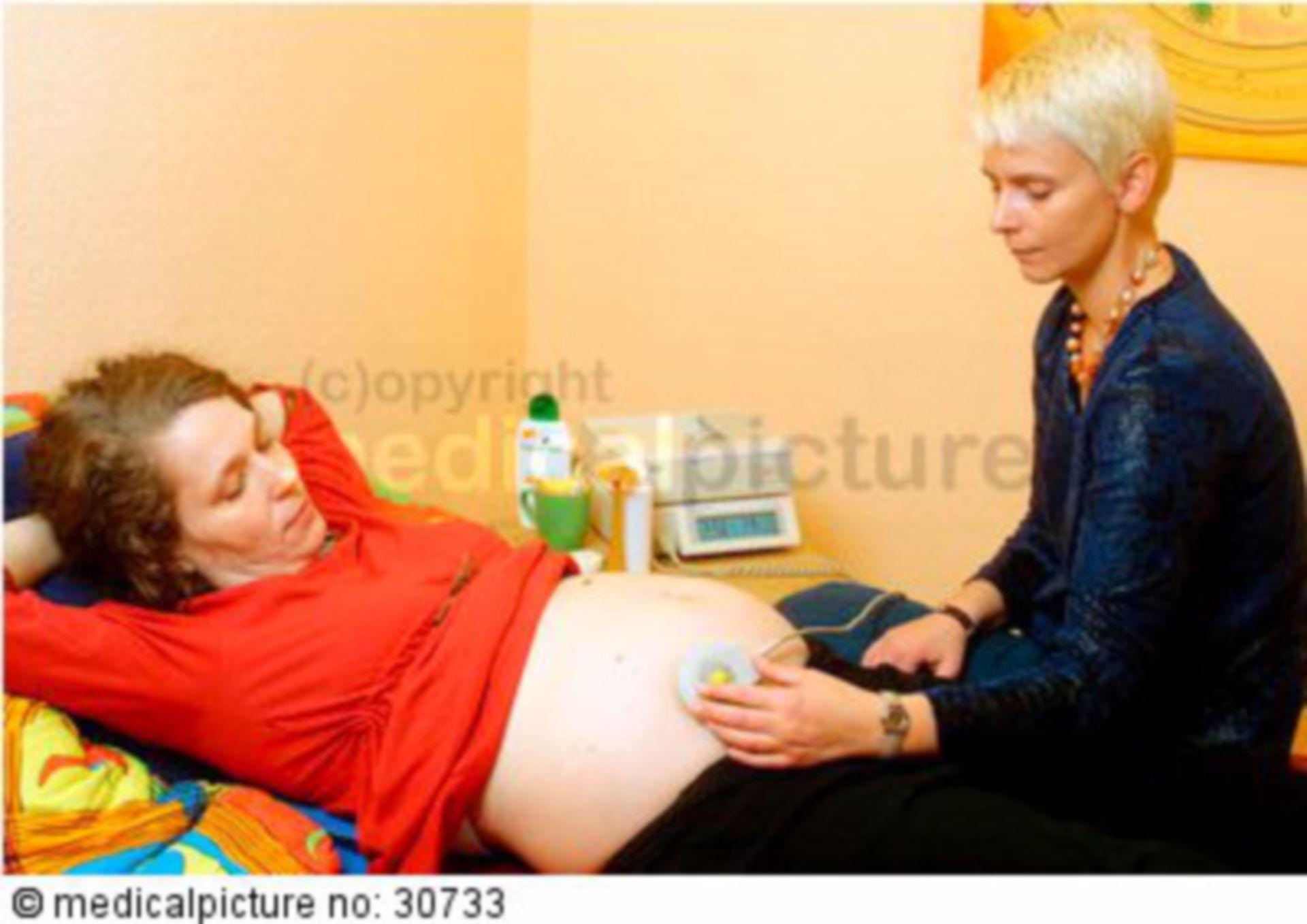 Hebamme untersucht Schwangere