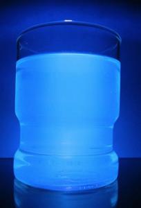 File Tonic Water unter Normal und UV Licht.jpg Wikimedia Commons