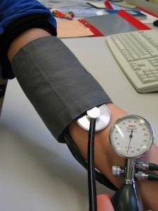 Misst ein Arzt den Blutdruck in der Praxis, liegen die Werte meist höher als bei einer automatischen Messung. von Pia von Lützau [GFDL (http://www.gnu.org/copyleft/fdl.html)], via Wikimedia Commons