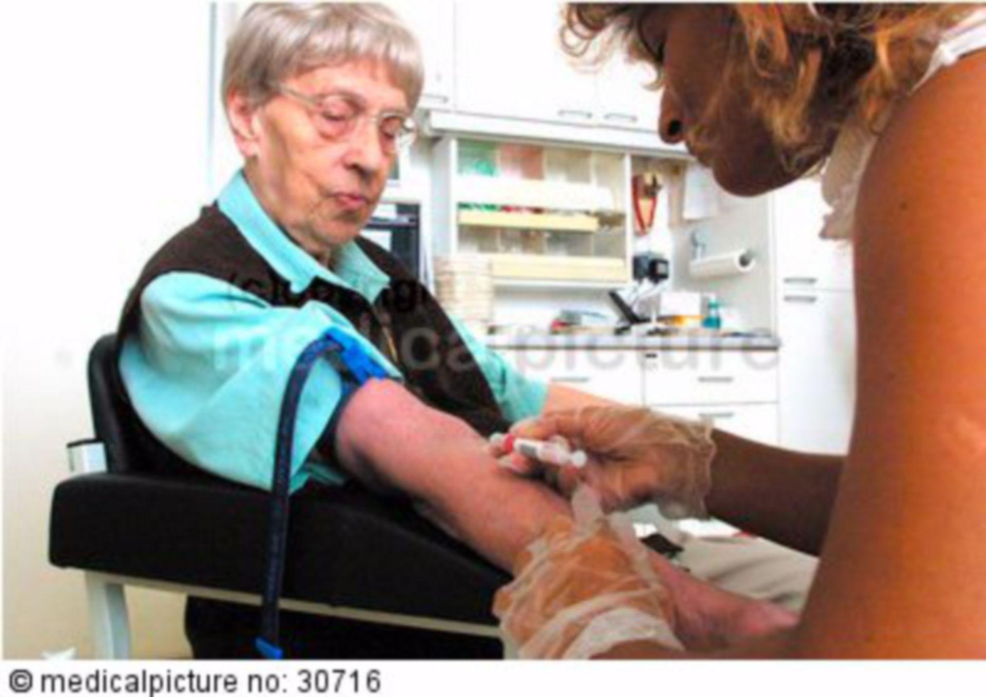 Blutentnahme bei einer älteren Frau