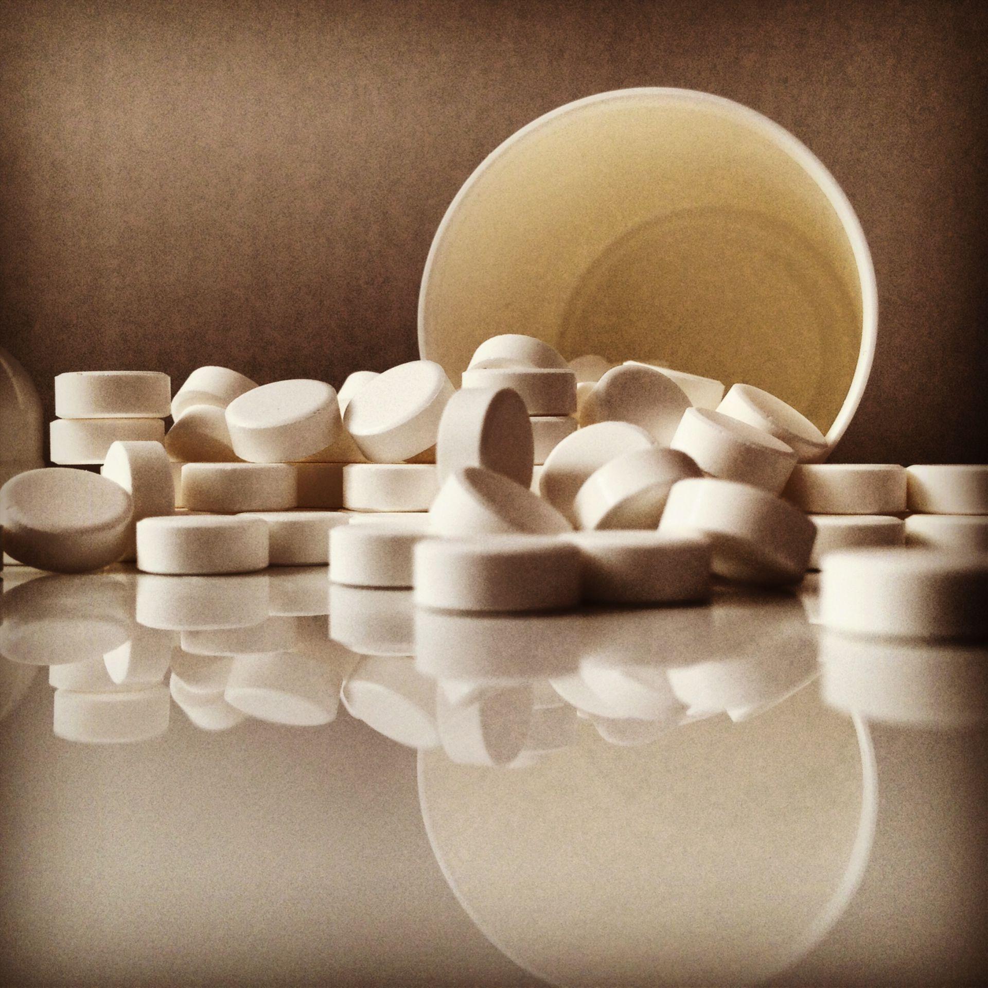 Tabletten vor Tablettendose
