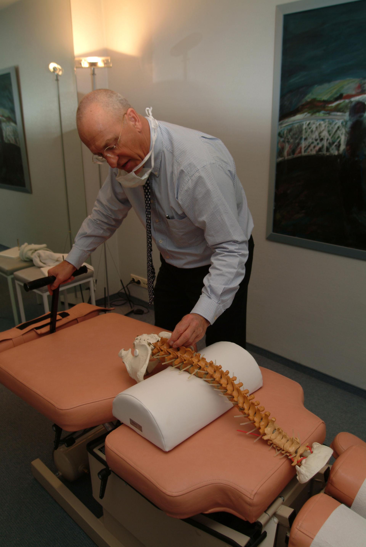 Chiropraktiker mit Wirbelsäulen-Modell