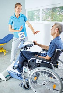 Bewegungstrainer Schlaganfallpatient und Therapeutin