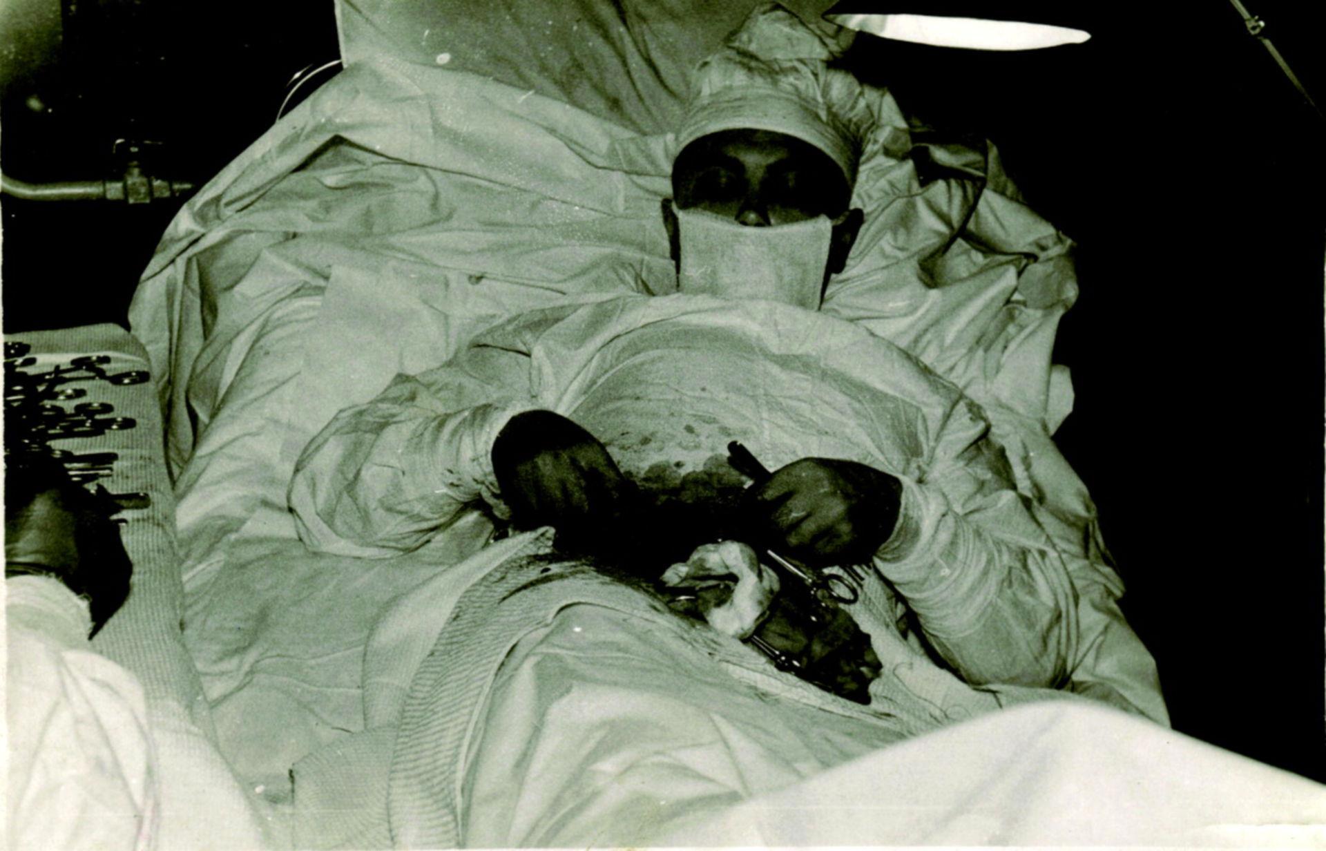 Chirurg entfernt seinen eigenen Blinddarm (Antarktis, 1961)