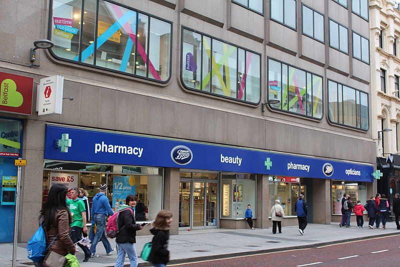 Boots-Filiale in Belfast. Apotheker werfen der Kette Abrechnungsbetrug in etlichen Fällen vor. Foto: Ardfern / Wikipedia, CC BY SA, https://commons.wikimedia.org/wiki/File:Boots,_Belfast,_May_2013.JPG