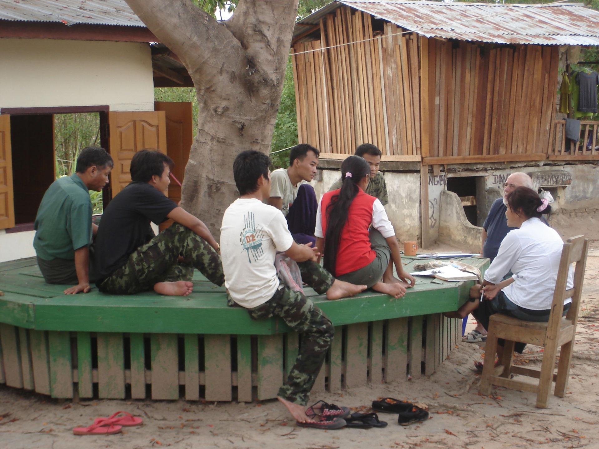 Besprechung mit den einheimischen Mitarbeitern