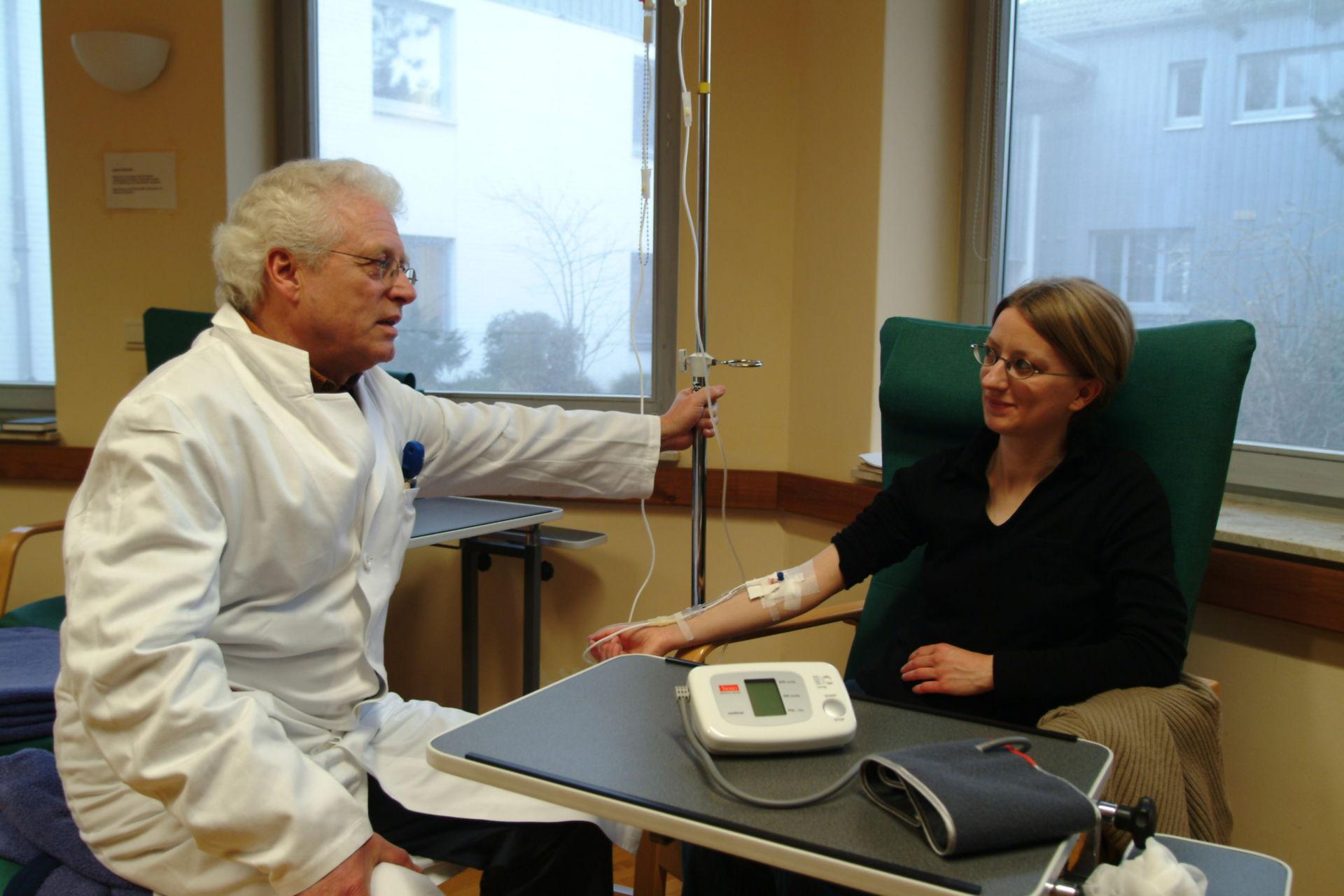 Patientin erhält Infusion