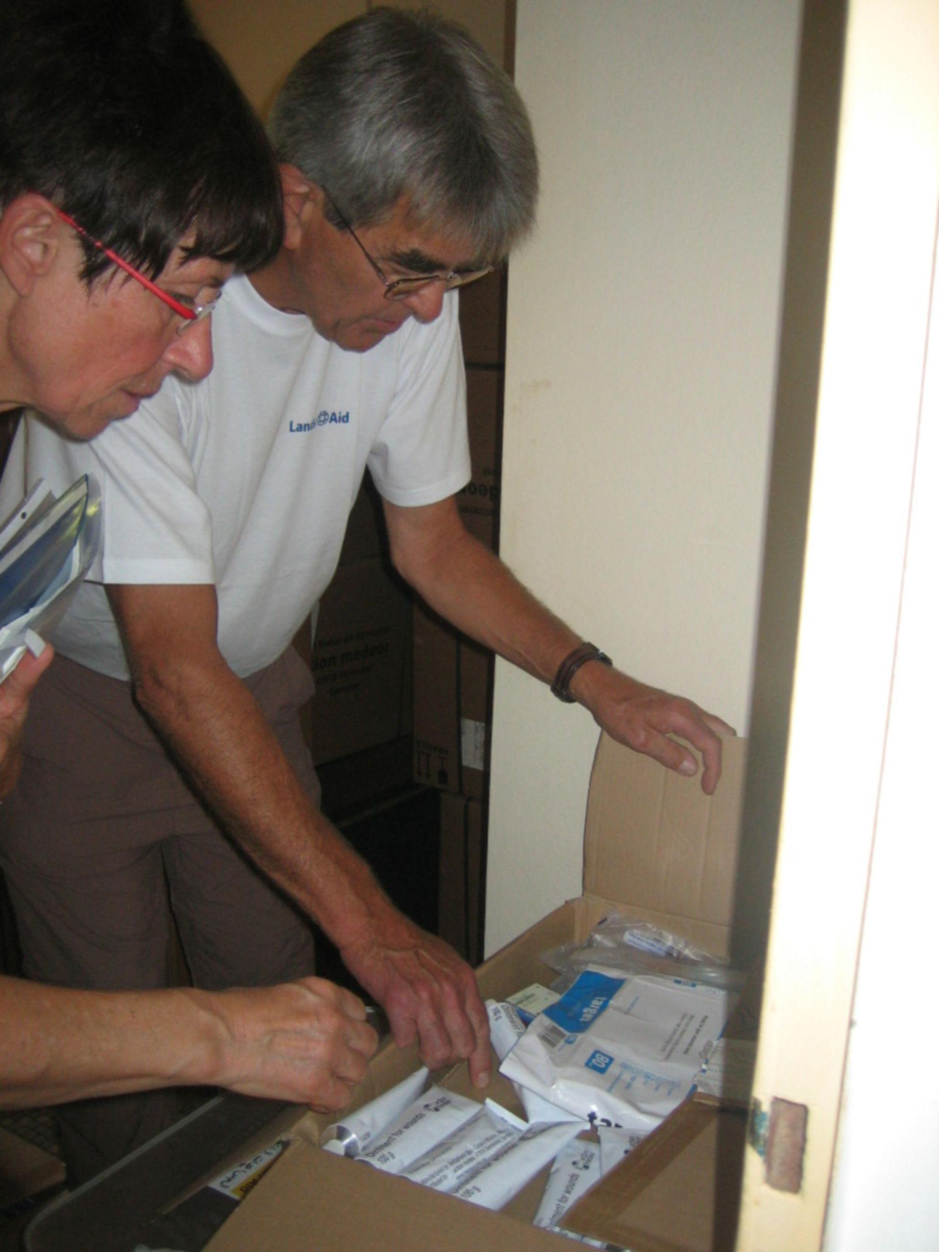Gaby und Erwin beim Checken und Sortieren der Medikamente