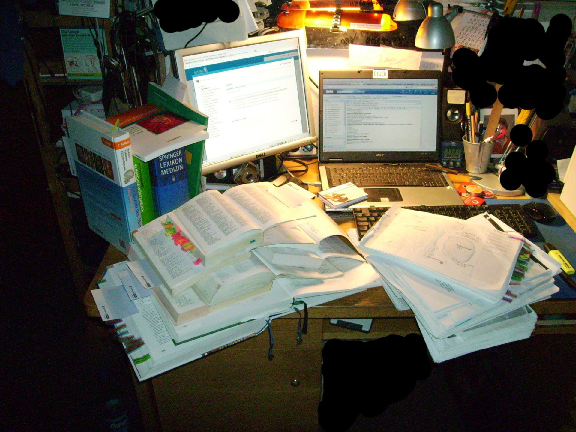 Schreibtisch eines Medizinstudenten