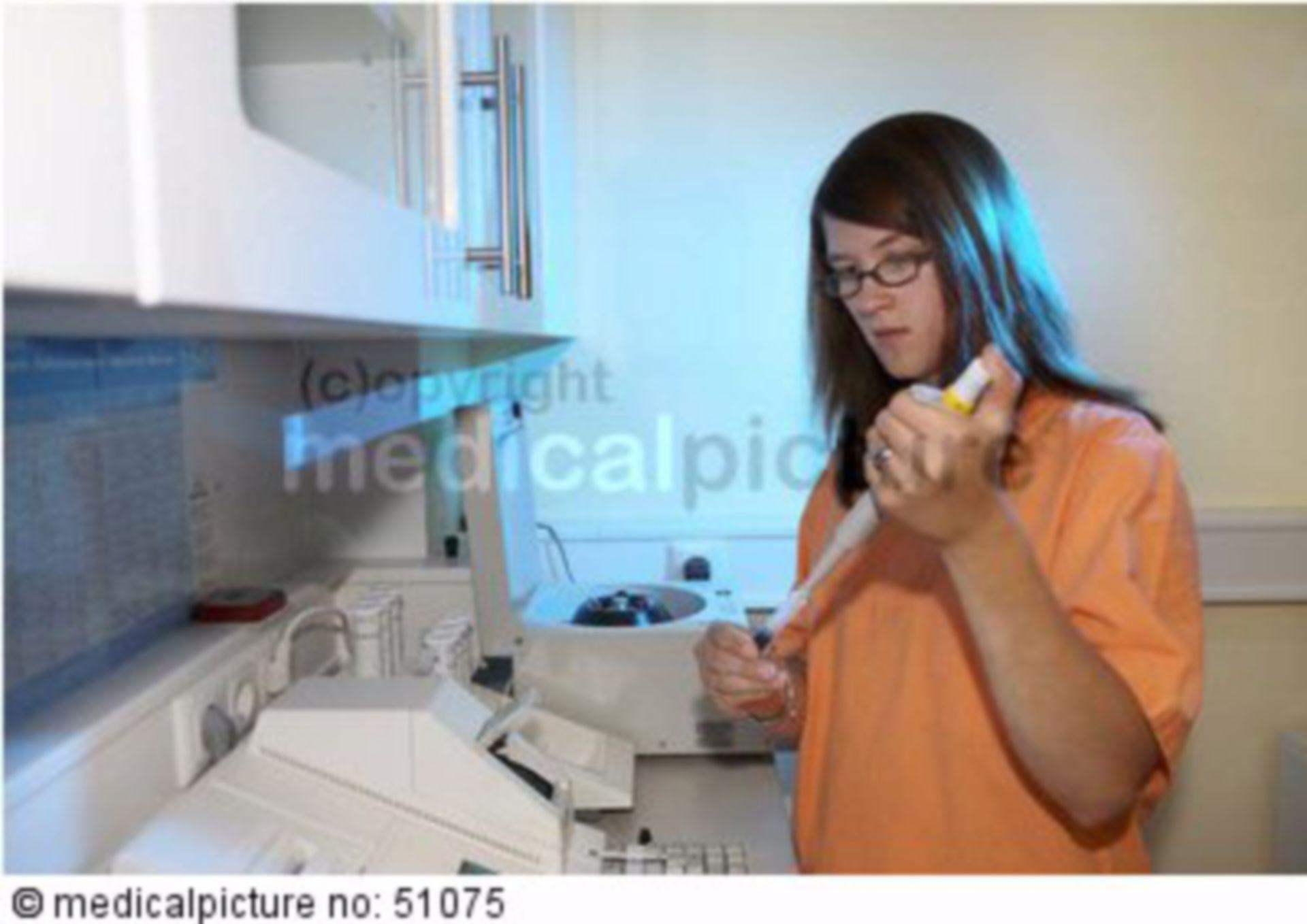 Laborassistentin mit Pipette und Blut