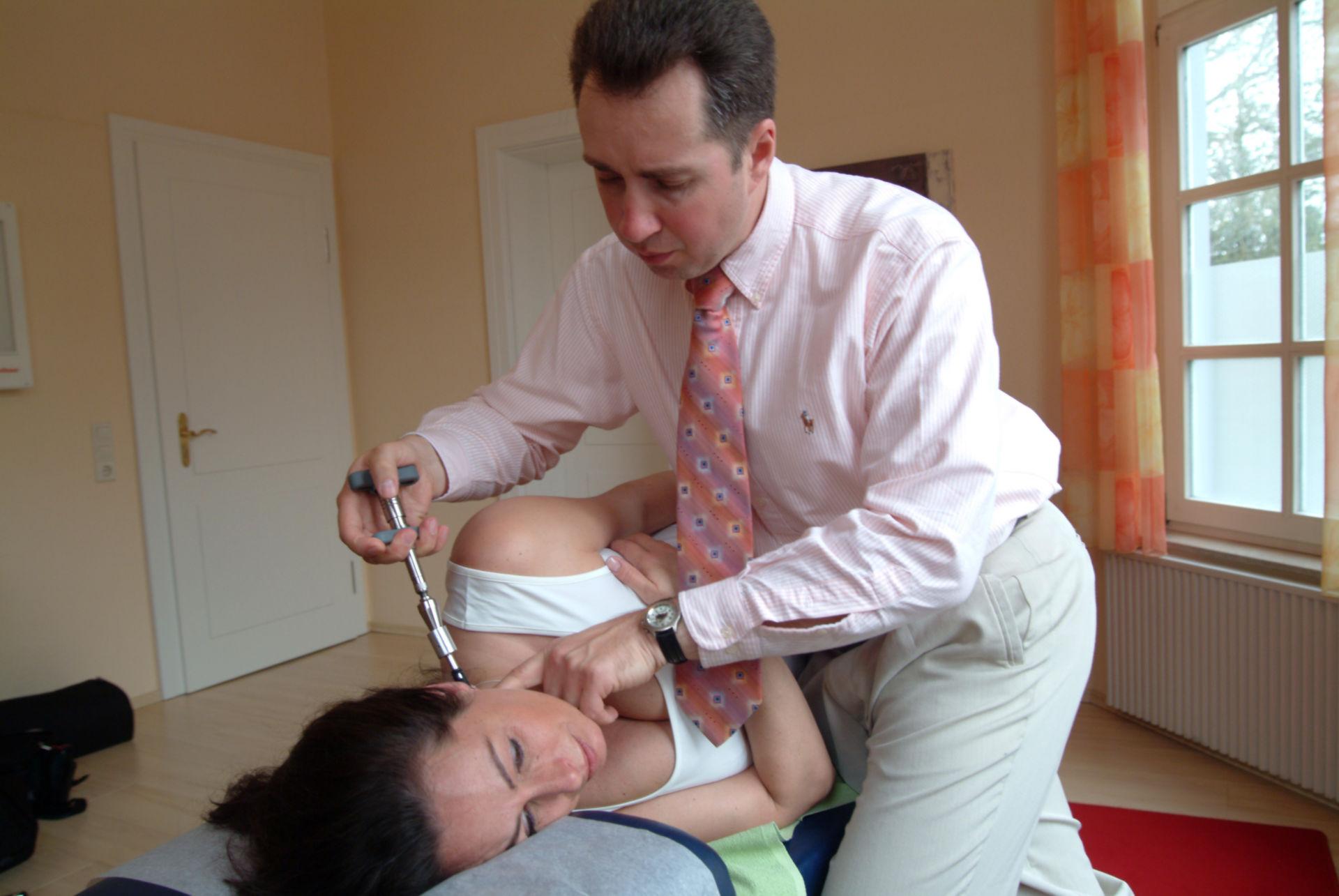 Chiropraktiker behandelt Halswirbel
