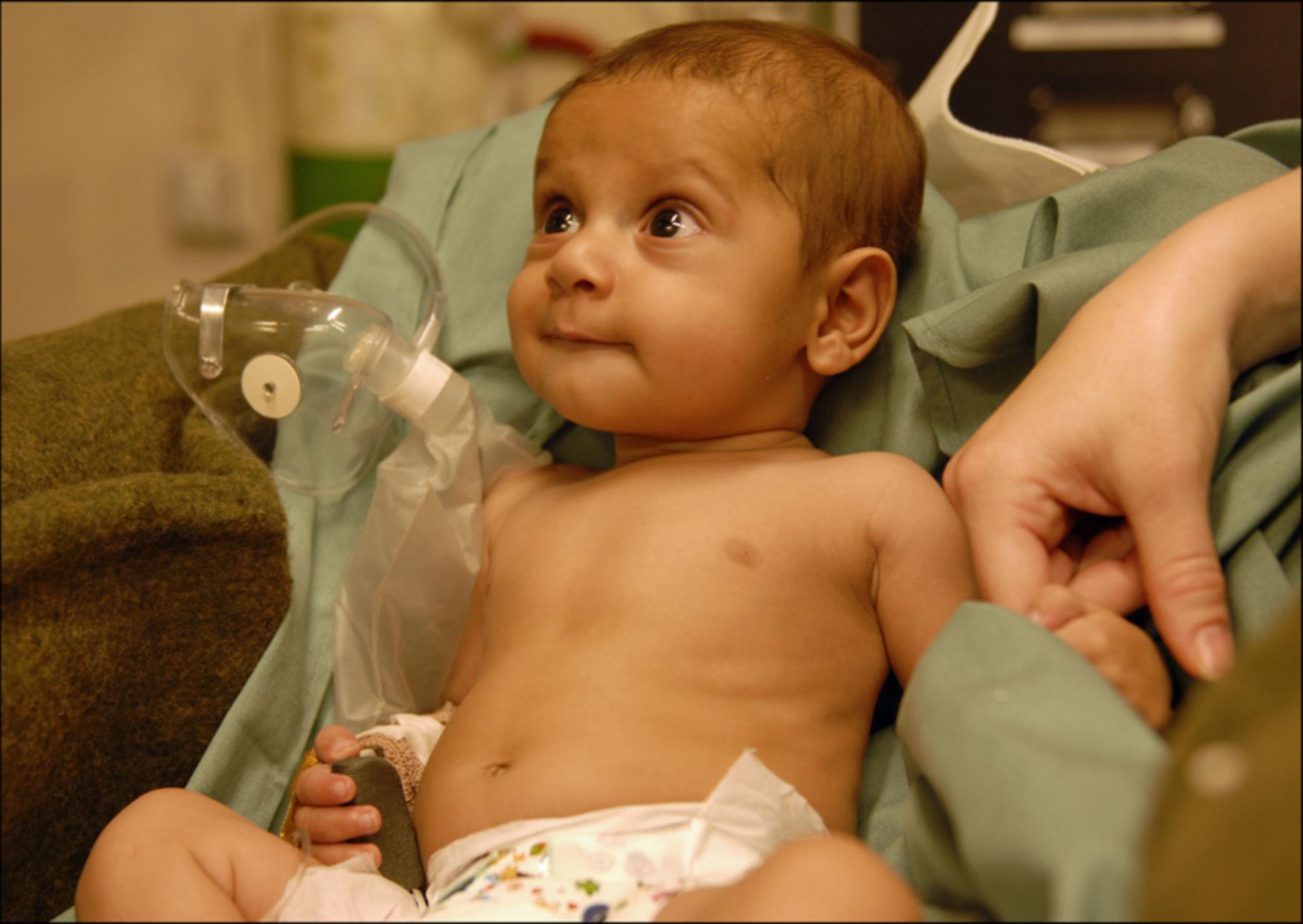 Bambino afgano con difetto cardiaco
