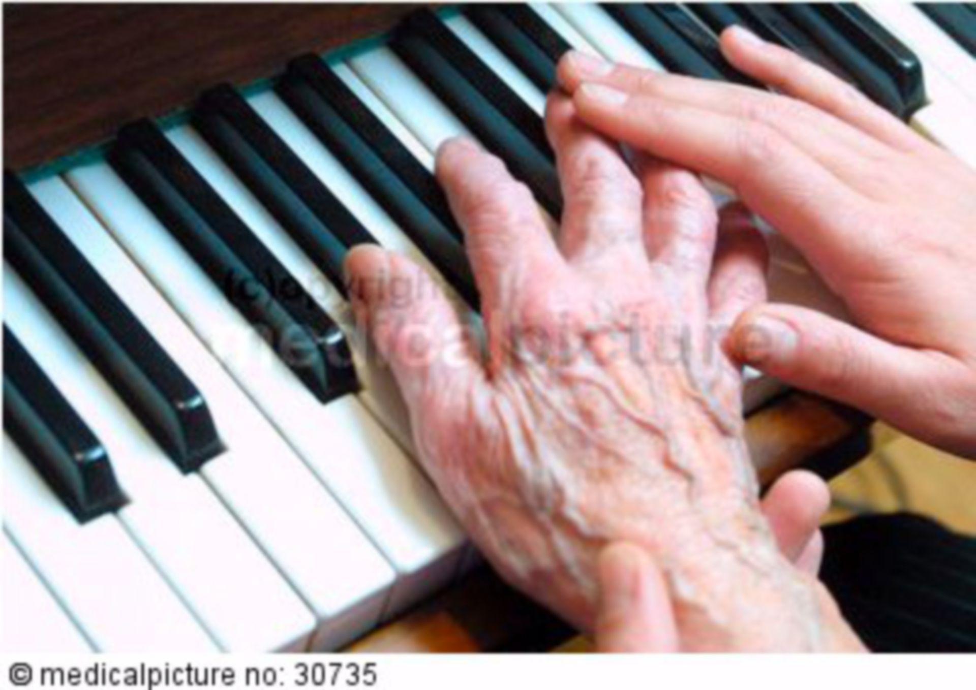 Alte und junge Hand auf Klaviatur